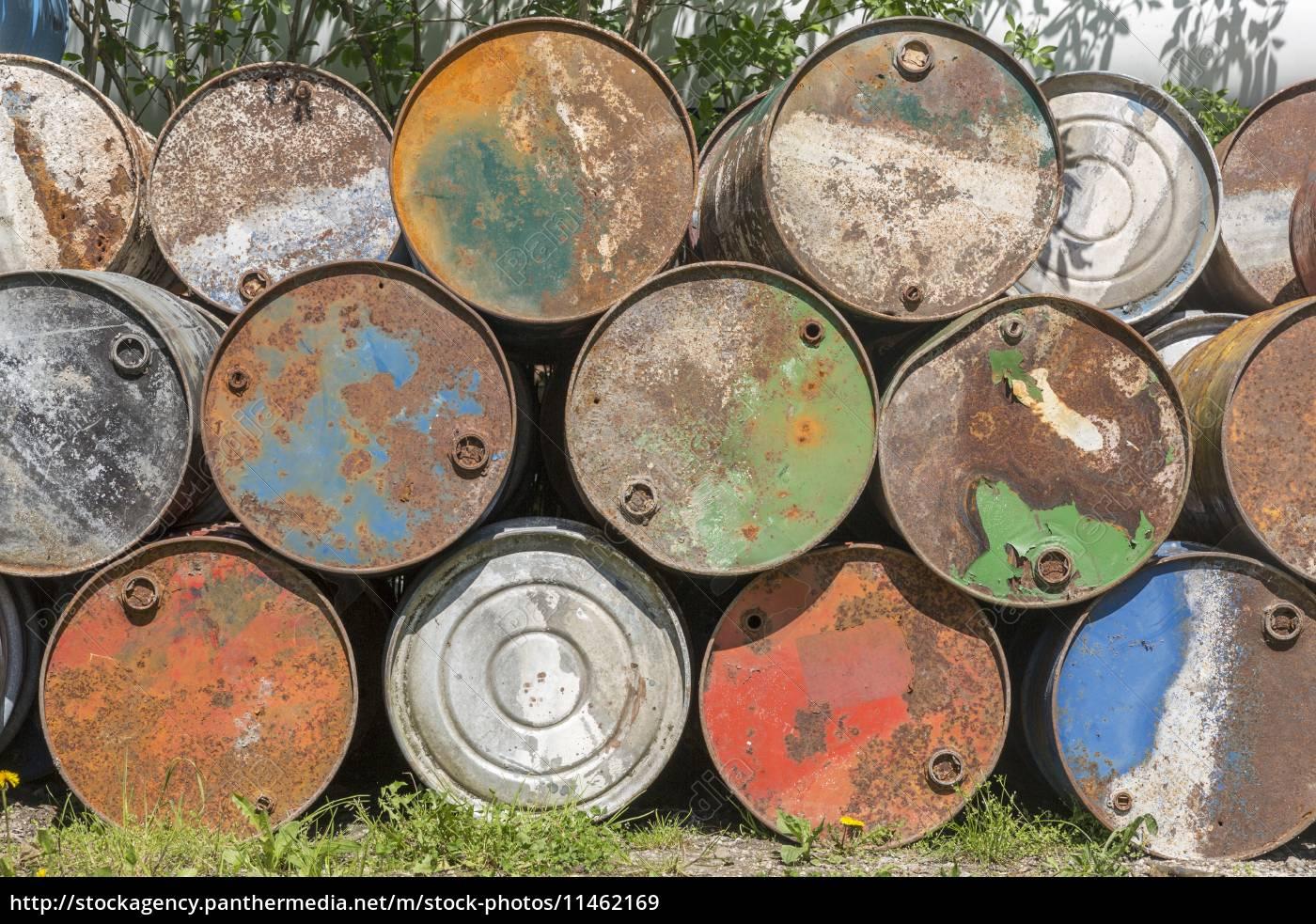 Super Leere Ölfässer, rostig und verwittert - Stockfoto - #11462169 &OV_82