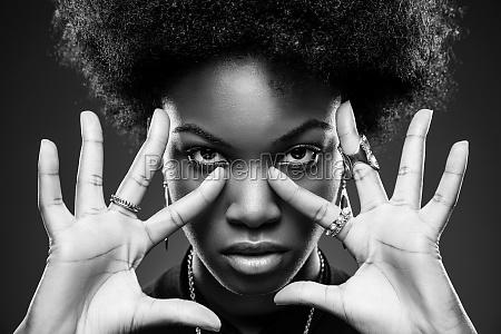 schwarze frau mit afro frisur