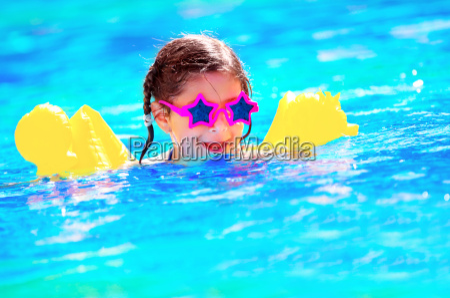 nettes kleines baby schwimmen im pool