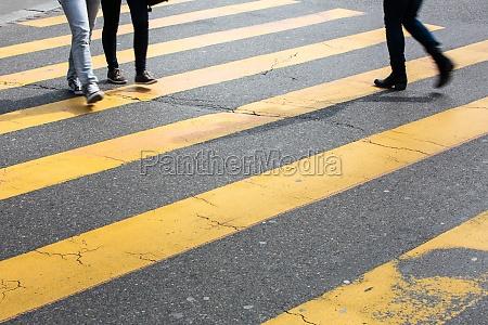 stadtverkehrskonzept stadtstrasse mit einer bewegungsunscharfen menschenmenge