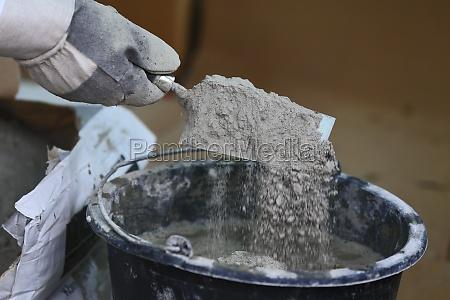 renovieren mit zementmoertel und kelle