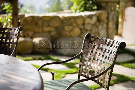 stuhl und tisch aus gusseisen