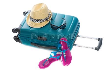 blaue plastiktasche strohhut sonnenbrille und strand