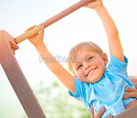 kleiner junge holt sich die horizontale