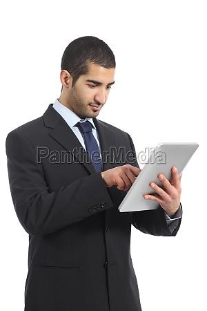 arabischen geschaeftsmann mit einem tablet arbeitet