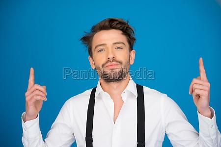 huebsche mann auf blau traegt weisses