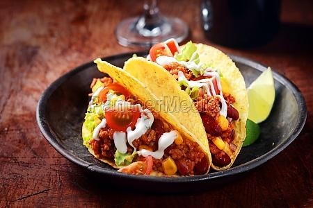 leckere wuerzige tacos mit fleisch und