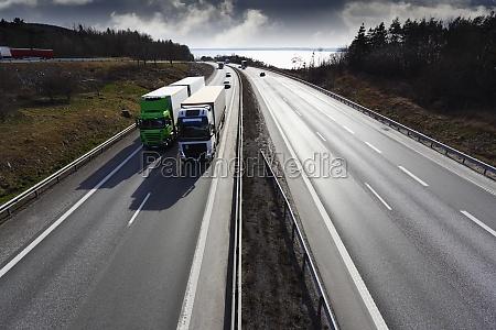 riesen autobahn breite perspektive mit lastwagen
