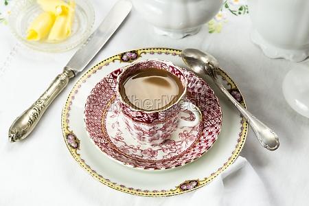 antike porzellan fruehstueck mit kaffee auf