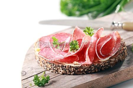 leckere wuerzige italienische salami auf vollkornbrot