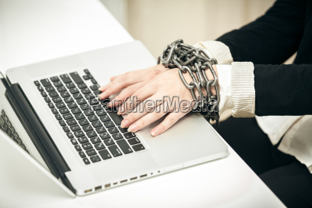foto der weiblichen hand angekettet an
