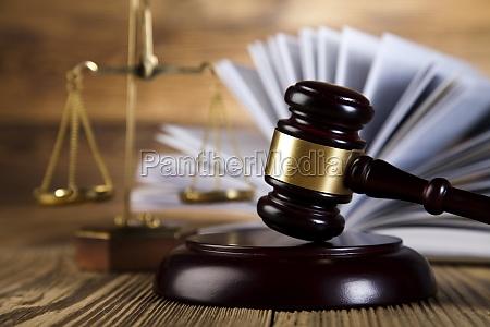 holzgavel rechtsanwalt gerechtigkeitskonzept rechtssystem