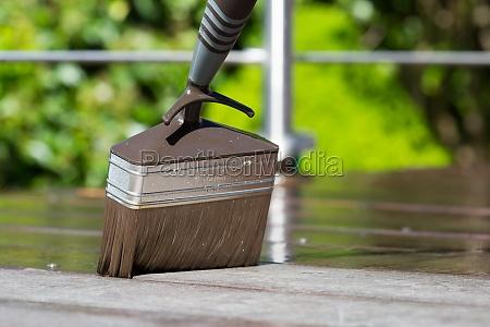 pinsel auf terrasse