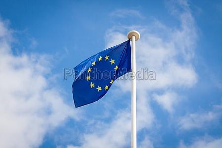 europaeische flagge an einem fahnenmast
