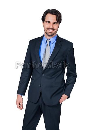 selbstbewuster junger geschaeftsmann mit anzug dunklen