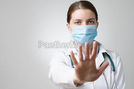 doktor zeigt stoppschild
