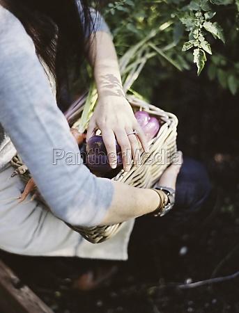 eine junge frau in einem gemuesegarten