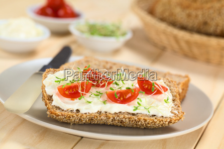 bread with cream cheese tomatoes and