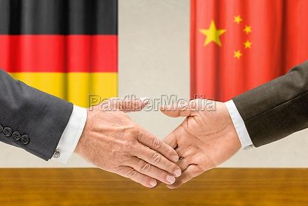 vertreter deutschlands und chinas reichen sich