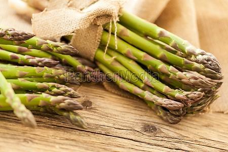 frischer gesunder gruener spargel als nahaufnahme