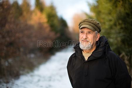 portrait eines aelteren mannes im freien