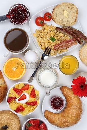 fruehstueckstisch mit muesli kaffee fruechten und