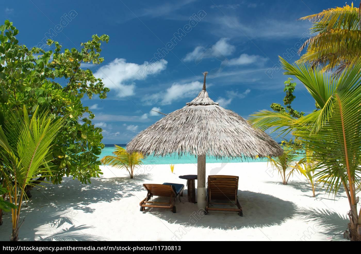 liegestuhl mit sonnenschirm am strand  stockfoto