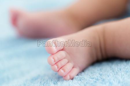 winzige babyfuesse