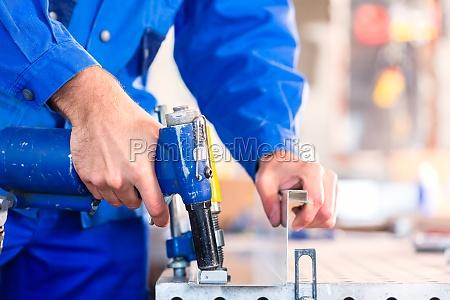 craftsman niet metall in der werkstatt