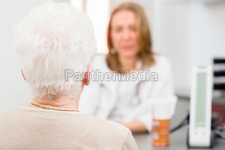 arzt zu sehen aelteren patienten in