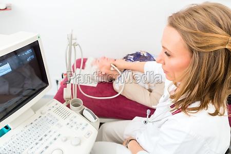arzt untersuchen senior patienten mit ultraschall