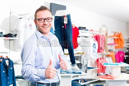handsome man kauf von blue jeans