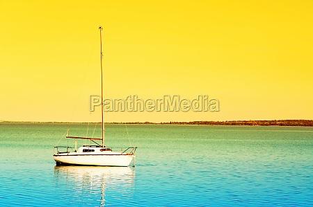segelboot im sonnenaufgang am plattensee ungarn