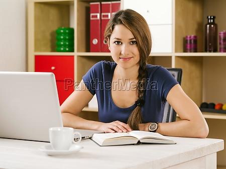 student studium vor laptop