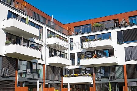 apartmenthaus mit grossen balkonen