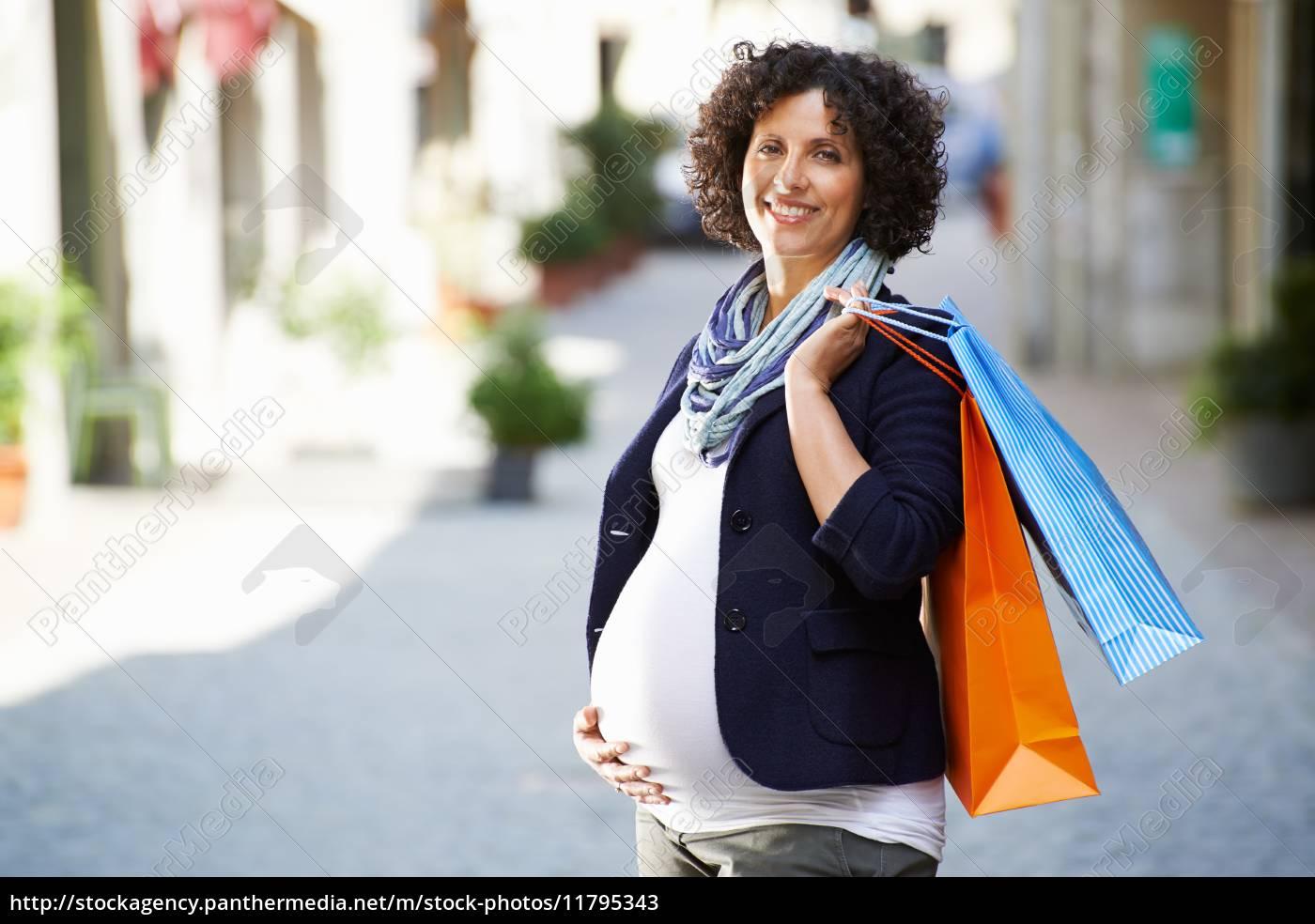 porträt, glücklicher, und, lächelnder, schwangerer, frau - 11795343