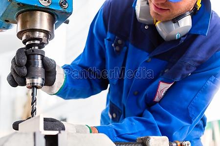 craftsman bohren von metall mit bohrmaschine