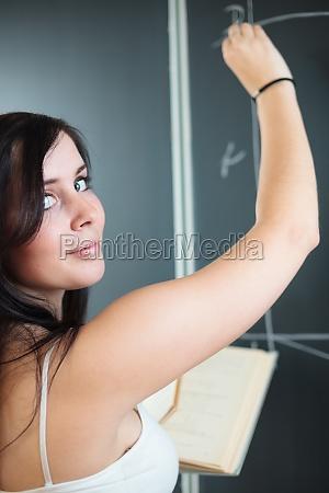 huebsche studenten die waehrend einer mathematik