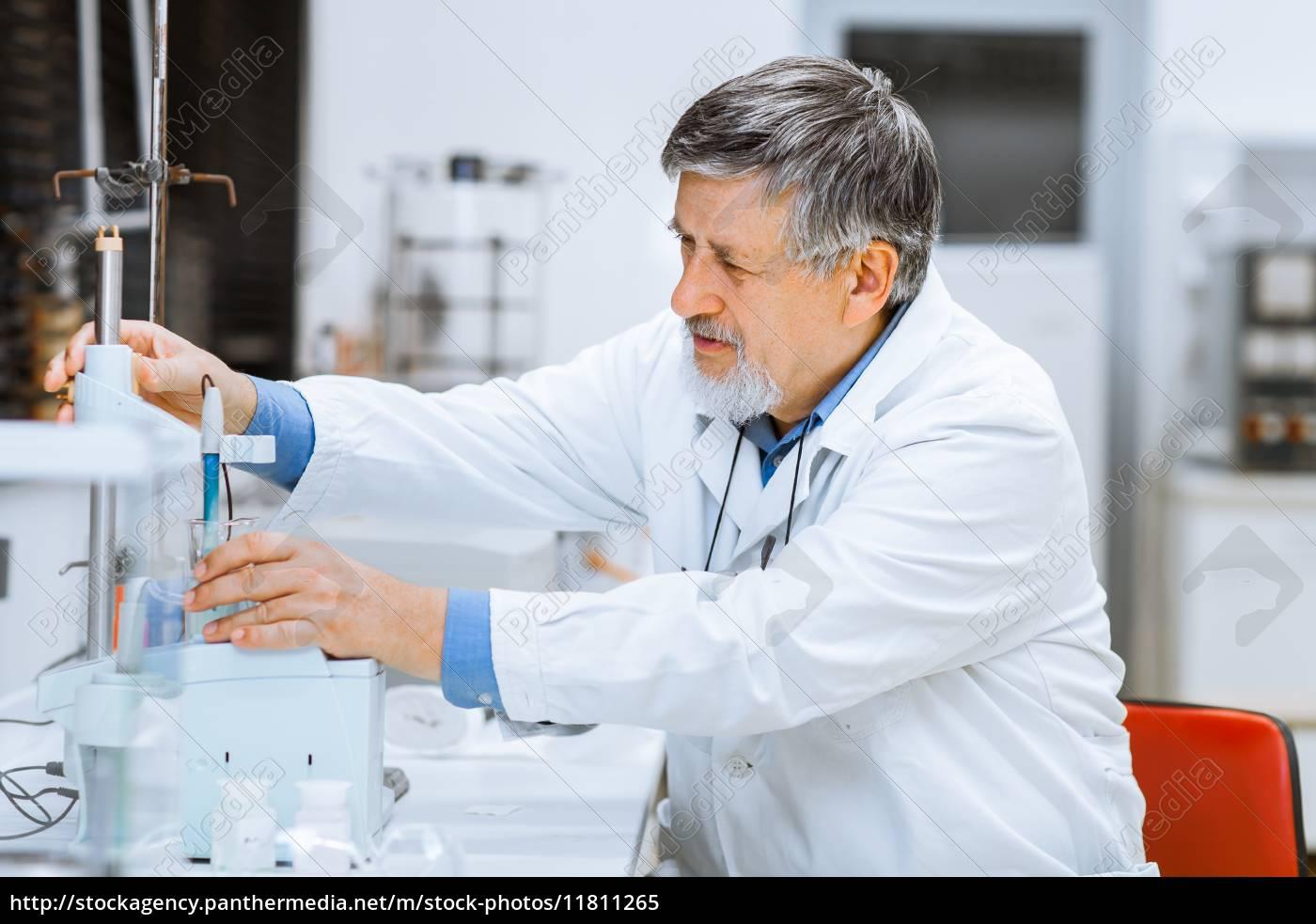 älterer, männlicher, forscher, der, wissenschaftliche, forschung, in - 11811265