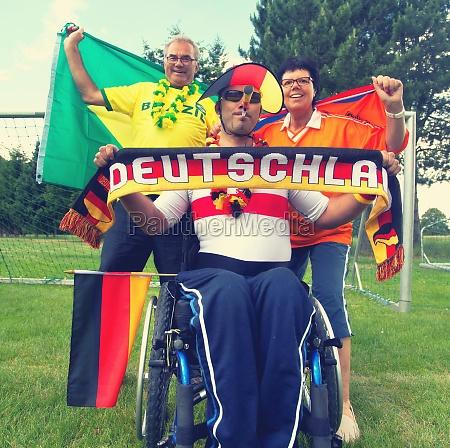 jubelnde fans unterschiedlicher nationen