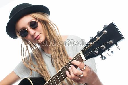 blondes maedchen mit hut und gitarre