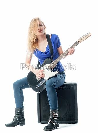 blondes maedchen spielt mit einer e