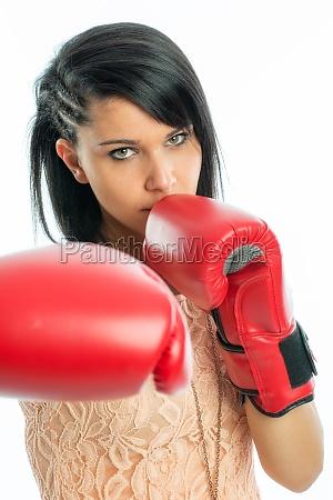 schwarzhaariges maedchen mit boxhandschuhen