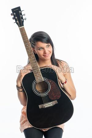 schwarzhaariges maedchen mit gitarre
