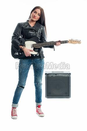 rassefrau mit e gitarre und verstaerker