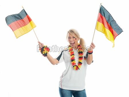 jubelnder fussballfan mit deutschlandfahnen