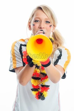 blonder fussballfan mit vuvuzela