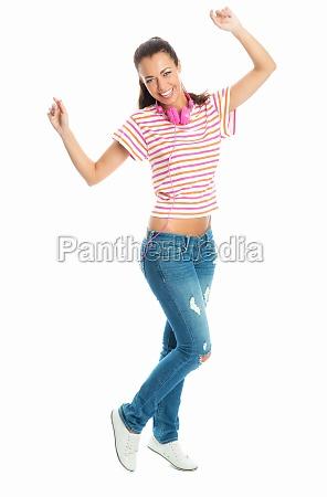 frau mit kopfhoerer tanzt