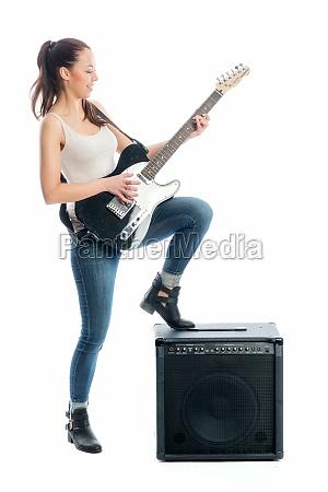 junges maedchen mit e gitarre und