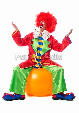 clown, sitzt, auf, gymnastikball - 11823251